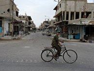 Мальчик едет на велосипеде одной из улиц Пальмиры