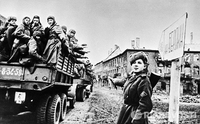Солдаты, едущие на фронт