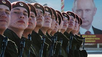 Военнослужащие Отдельной дивизии оперативного назначения им. Дзержинского внутренних войск МВД России во время тренировки к Параду Победы