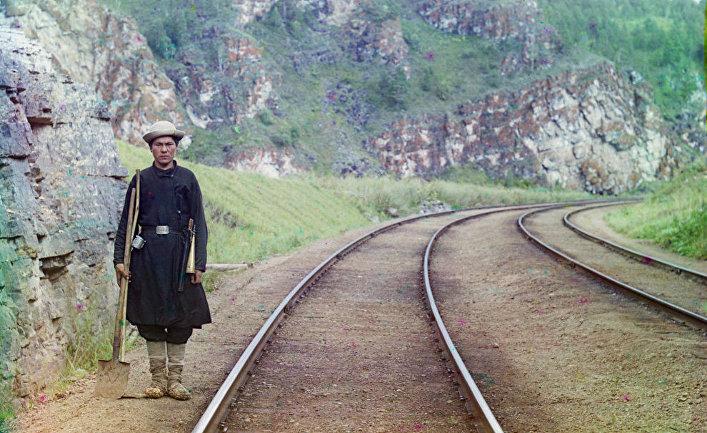 Служащий на Транссибирской магистрали, неподалеку от города Усть-Катав, 1910, фотография С. М. Прокудина-Горского