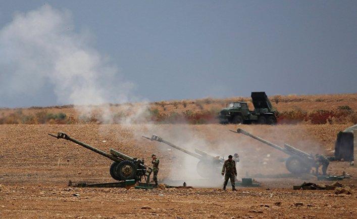 Военнослужащие сирийской армии ведут артиллерийский обстрел позиций боевиков на севере сирийской провинции Хама
