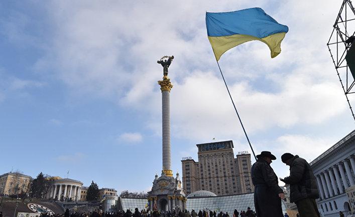 Активисты с украинским флагом на площади Независимости в Киеве