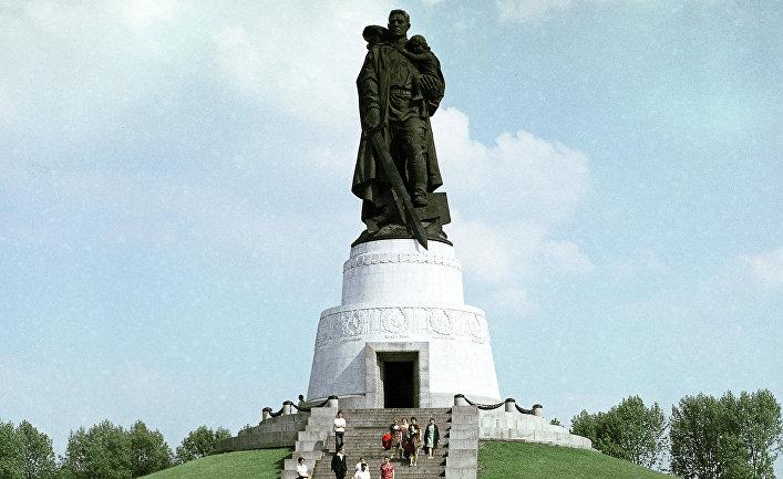 Памятник советскому воину-освободителю в Трептов-парке в Берлине