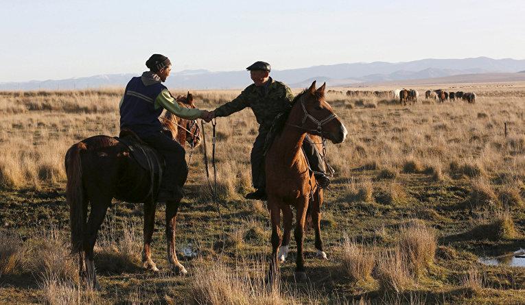 Пастух Стай Оол-Ондар с племянником Менги Монгушем рядом с их семейной фермой на озере Чедер