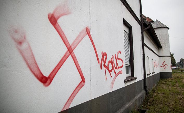Свастика на фасаде приюта для беженцев в Германии