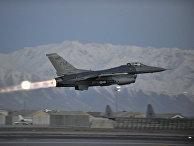 Истребитель F-16 Fighting Falcon взлетает с аэродрома американской военной базы в Баграме