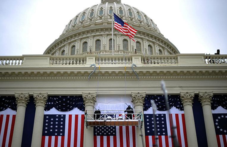 Флаги США на здании Капитолия в Вашингтоне