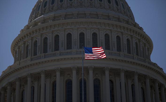 Флаг США на здании Капитолия в Вашингтоне