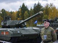 Сотрудник охраны у танка «Армата»