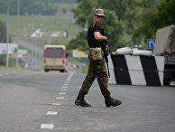 Боец батальона «Восток» на одном из блокпостов в Донецке