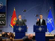 Генеральный секретарь НАТО Йенс Столтенберг и министр иностранных дел Черногории Игорь Лукшич на пресс-конференции в штаб-квартире НАТО в Брюсселе