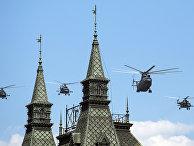 Военные вертолеты по время парада Победы