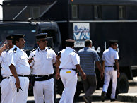 Сотрудники службы безопасности у здания авиакомпании Egyptair, 19 мая 2016