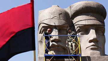 Ультраправые активисты разрушают памятник советской эпохи в Киеве