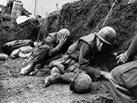 Американские солдаты укрываются в окопе во время битвы на холме Тимоти