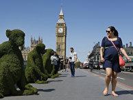 Модели обезьян на Вестминстерском мосту в Лондоне