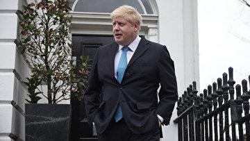 Мэр Лондона Борис Джонсон общается с представителями СМИ