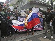 Мусульмане жгут российский флаг во время акции протеста
