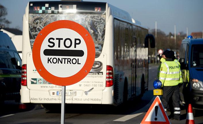 Сотрудники датской полиции осматривают автомобили на пограничном пункте датско-германской границе