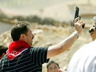Мужчина с оружием в руках танцует на свадьбе в Турции