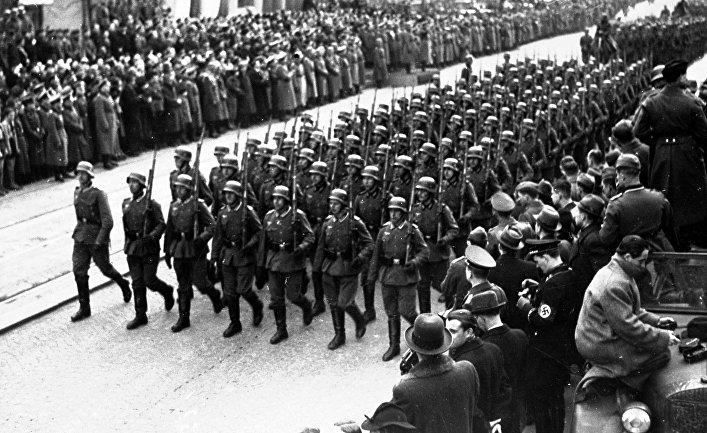 Немецкие солдаты идут по улице Праги, октябрь 1938 года