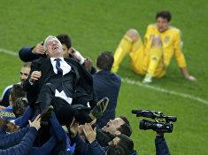 Тренера сборной Франции по футболу Дидье Дешама поднимают на руки после победы над сборной Украины в отборочном матче чемпионата мира