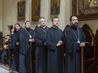 Православное духовенство посещает службу в часовне монастыря на острове Крит