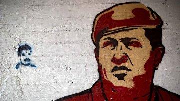 Портреты Уго Чавеса и Николаса Мадуро на стене в Каракасе