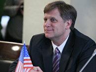Посол США в России Майкл Макфол во время круглого стола в Общественной палате РФ