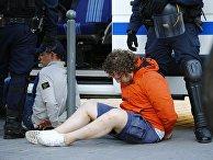 Полицейские задерживают российского болельщика