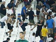 Английские фанаты стараются уйти от неприятностей после окончания мачта Россия — Англия