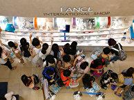 Китайские туристы в торговом районе Гиндза в Токио