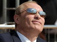 утин наблюдает за демонстрационно-показательными полетами российских самолетов на Международном авиационно-космическом салоне МАКС-2005