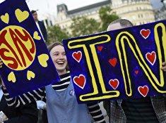 Люди с плакатом «Да Европе» в преддверии референдума в центре Лондона