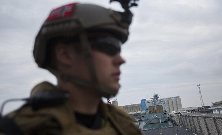 Солдат на палубе норвежского фрегата «Хельге Ингстад» на острове Кипр в ожидании отправки в Сирию