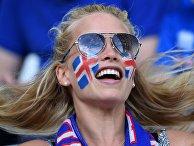 Исландская болельщица перед началом матча группового этапа чемпионата Европы по футболу - 2016