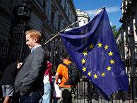 Мужчина с флагом ЕС на улице в Лондоне, Великобритания