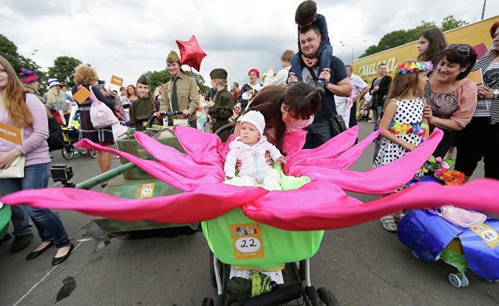 Участники парада колясок в ЦПКиО имени Горького в Москве