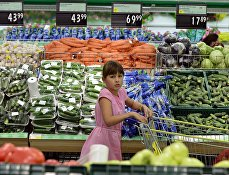 """Девочка в овощном отделе гипермаркета """"Лента"""" в Новосибирске"""
