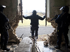 Члены подразделения специального назначения французской жандармерии участвуют в тренировке