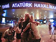 Люди, покинувшие здание аэропорта Ататюрк после теракта. Стамбул. 29 июня 2016
