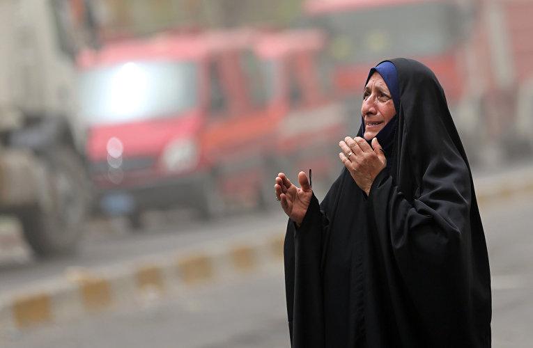 Женщина на месте террористического акта в Багдаде