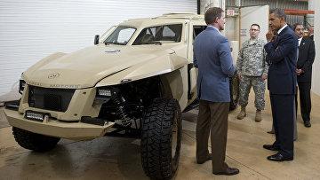 Президент США Барак Обама осматривает автомобиль XC2V разработанный в партнерстве с агентством DARPA