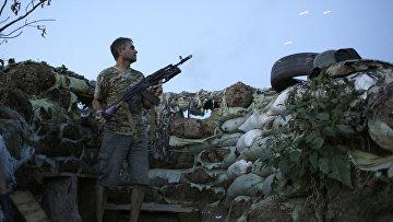 Военнослужащий на позиции украинских сил в районе Авдиивки