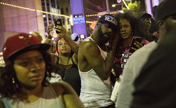 Протест в Далласе после стрельбы по полицейским и ареста подозреваемых