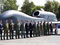 Генеральный секретарь НАТО Йенс Столтенберг с официальными лицами и военнослужащими во время саммита НАТО в Варшаве
