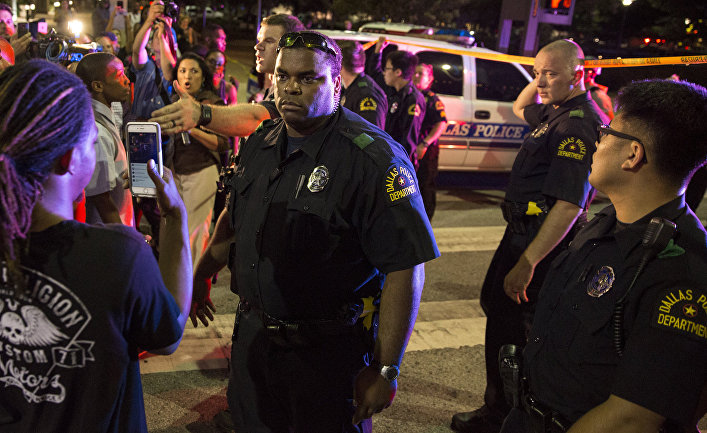 Полицейские и местные жители после стрельбы в центре Далласа