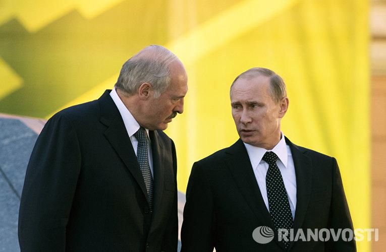 Александр Лукашенко и Владимир Путин на церемонии возложения венка к мемориалу Победы в Минске