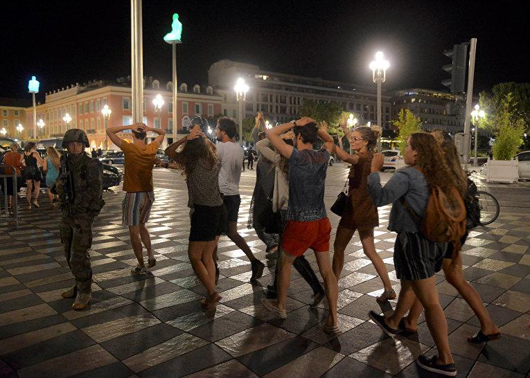Полиция и местные жители на месте теракта в Ницце