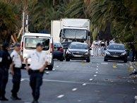 Полиция у грузовика, который совершил теракт в Ницце 14 июля 2016